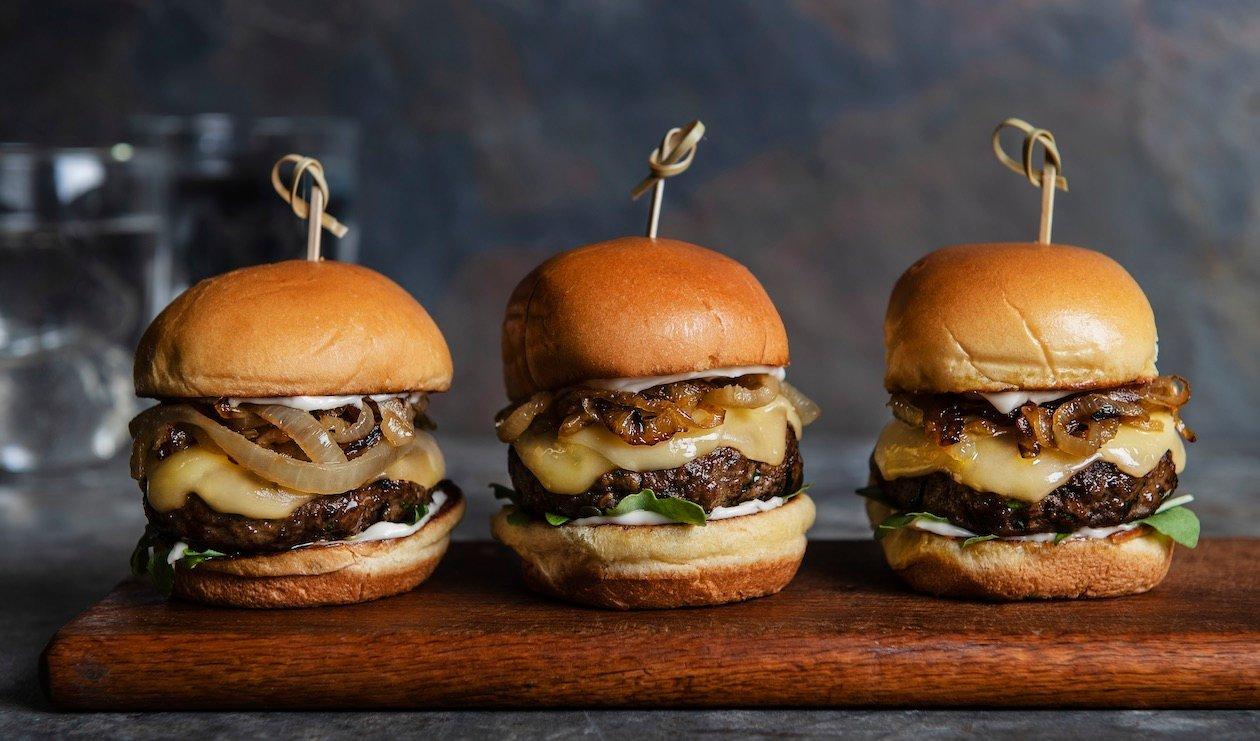 Hamburger aux Galettes de Dinde avec Gouda et Oignons Sautés – recette