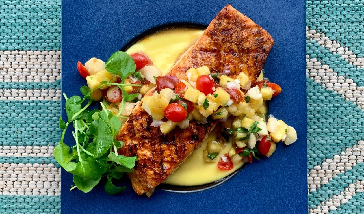 Hawaiian Grilled Salmon with Pineapple-Macadamia Salsa and Citrus-Ginger Hollandaise – recette