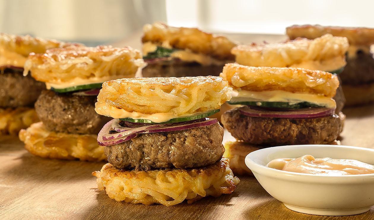 Mini-burgers aux nouilles ramen au sriracha et mayonnaise épicée – recette