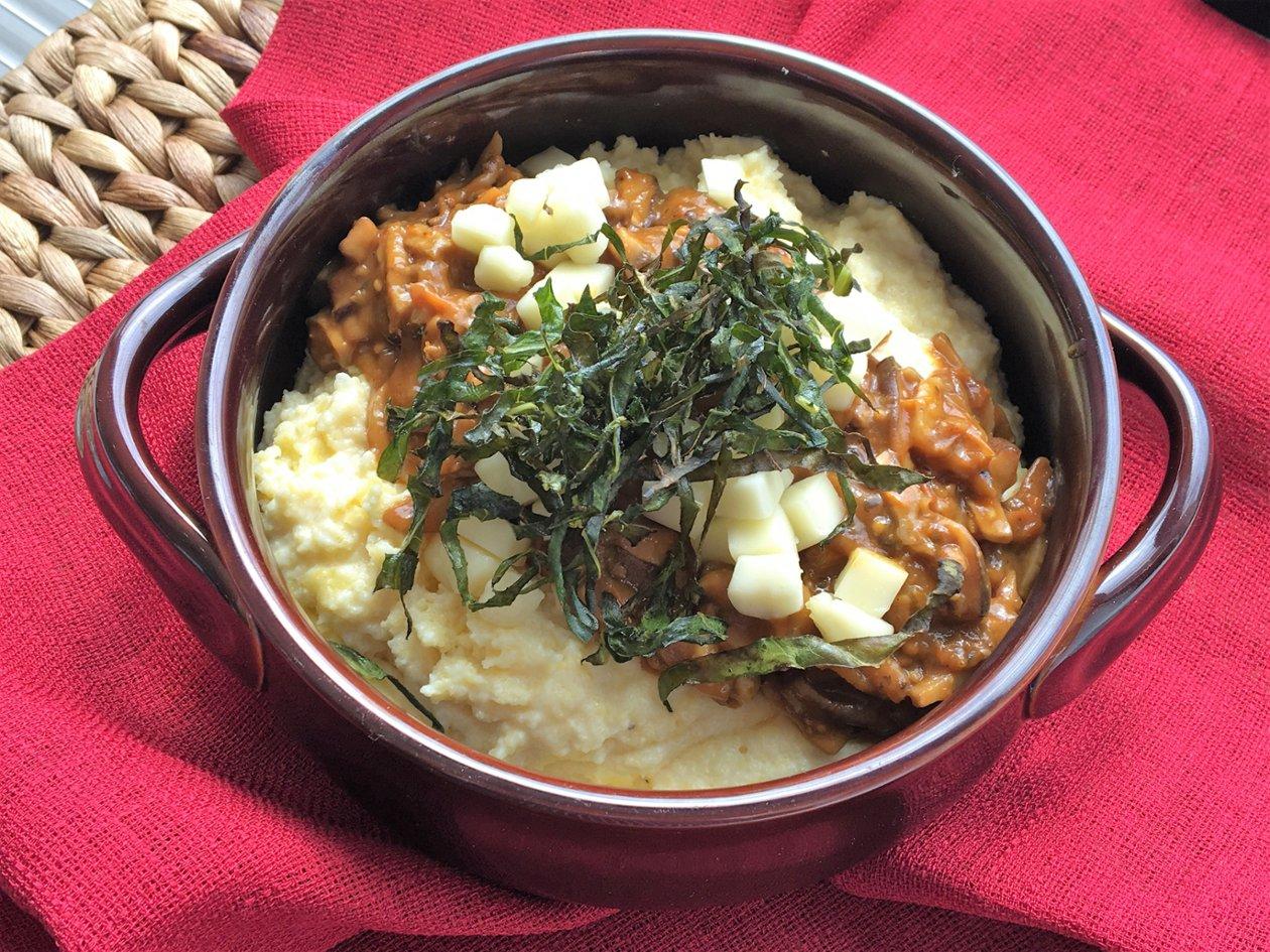 Ragoût de Champignons avec Polenta Crémeuse, Fromage Taleggio et Verdures Carbonisées – recette