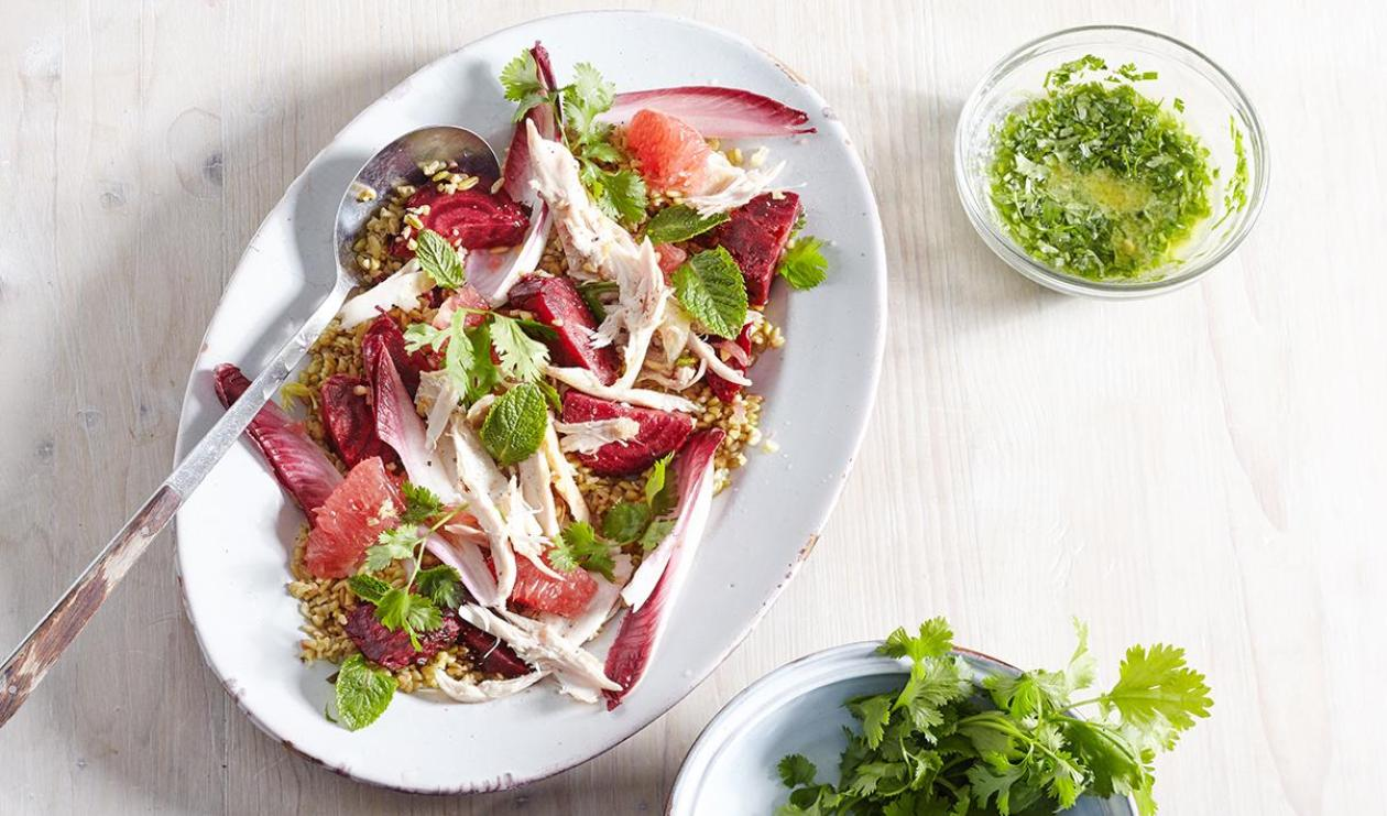 Salade de freekeh au poulet effiloché, aux betteraves et au pamplemousse – recette