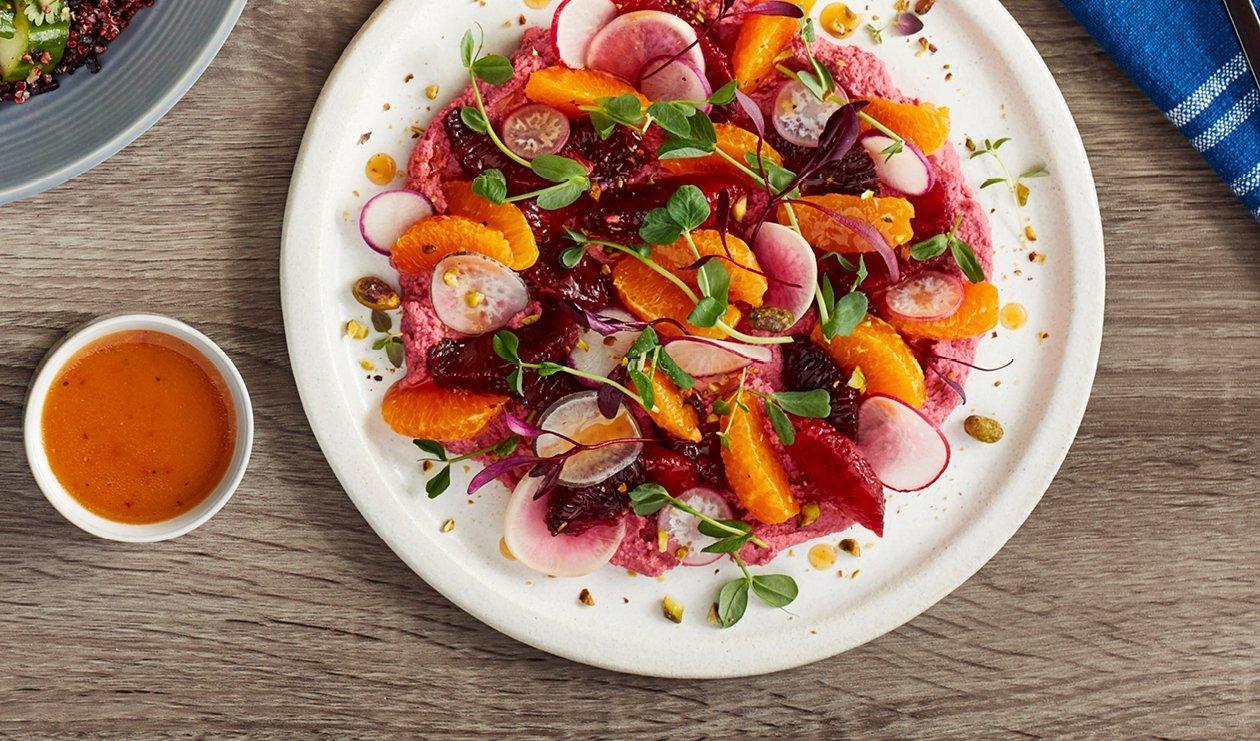 Salade de Hummus de Betterave Rôtie, Mélange de Radis, Agrumes et Pistaches – recette
