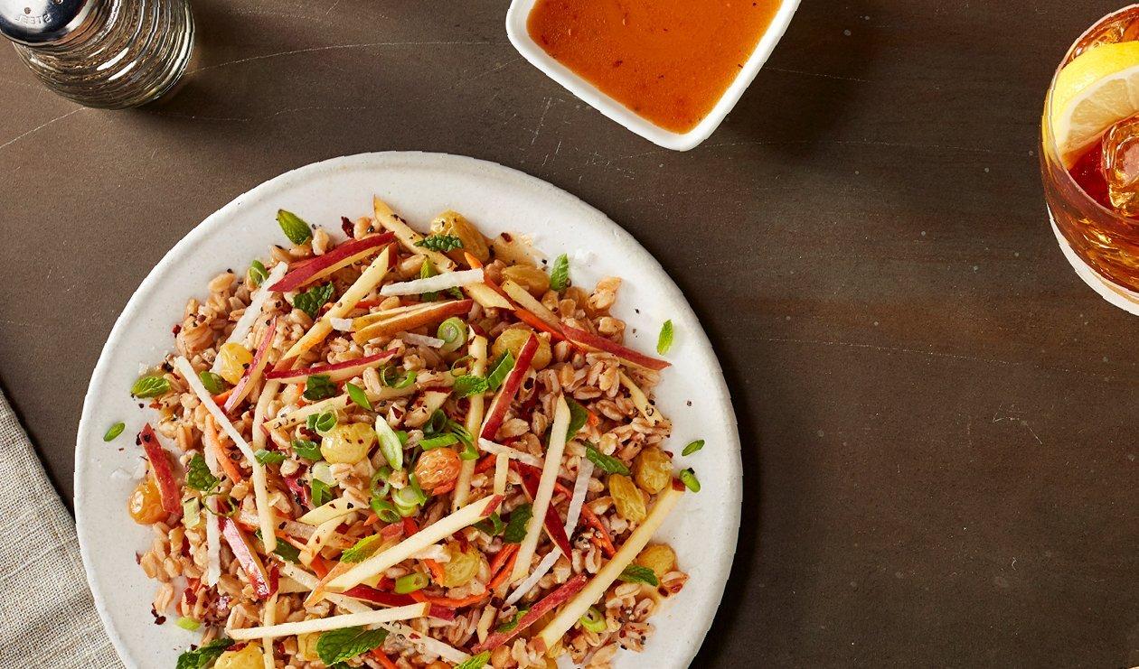Salade de Jicama, Farro, Pomme Fuji et Raisins Secs Marinés – recette