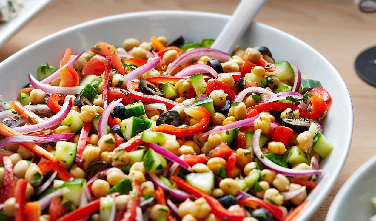 Salade de Légumes Hachés et de Pois Chiches à la Méditerranéenne – recette