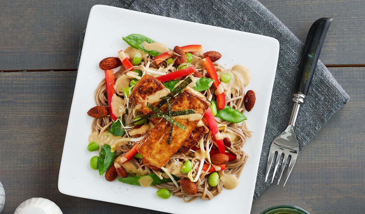 Salade de nouilles soba au miso et au tofu – recette