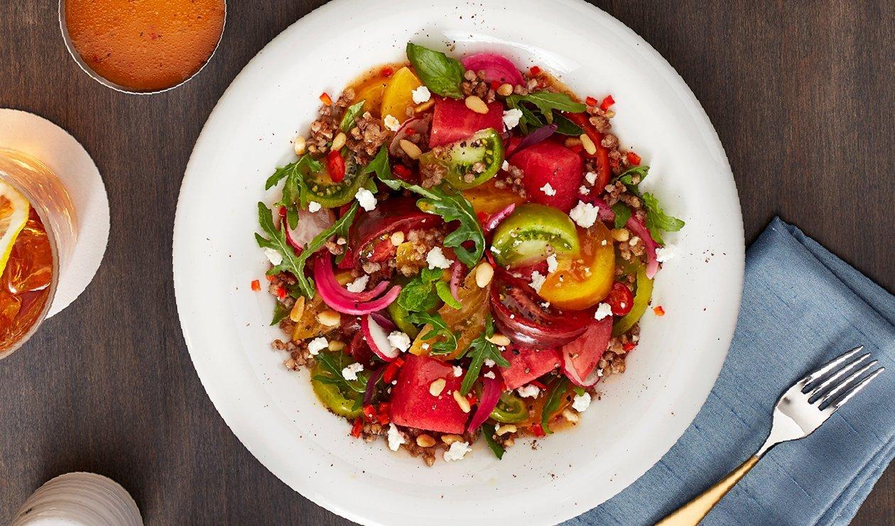 Salade Sucrée et Fumée de Tomates Ancestrales et de Melon d'Eau avec Oignons Rouges Marinés et Ricotta Salata – recette