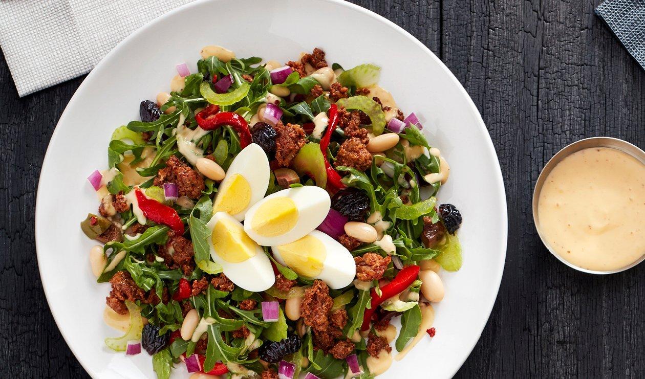 Salade Tranchée au Chorizo, Haricots Blancs et Olives Marinées à l'huile avec une Vinaigrette Fumée à la Moutarde et au Miel – recette