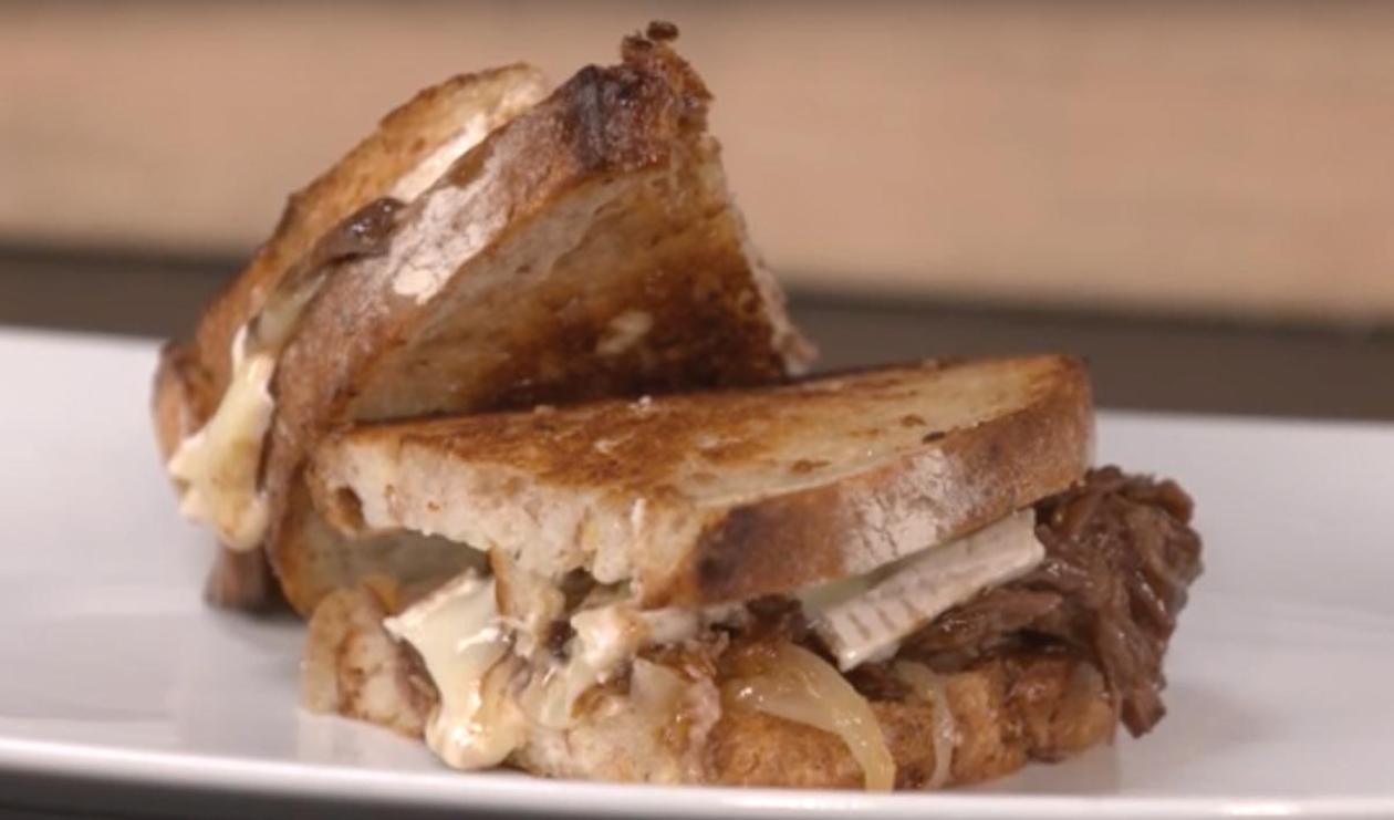 Sandwich au bœf braisé avec confit d'oignons, brie et raifort sur pain au levain – recette