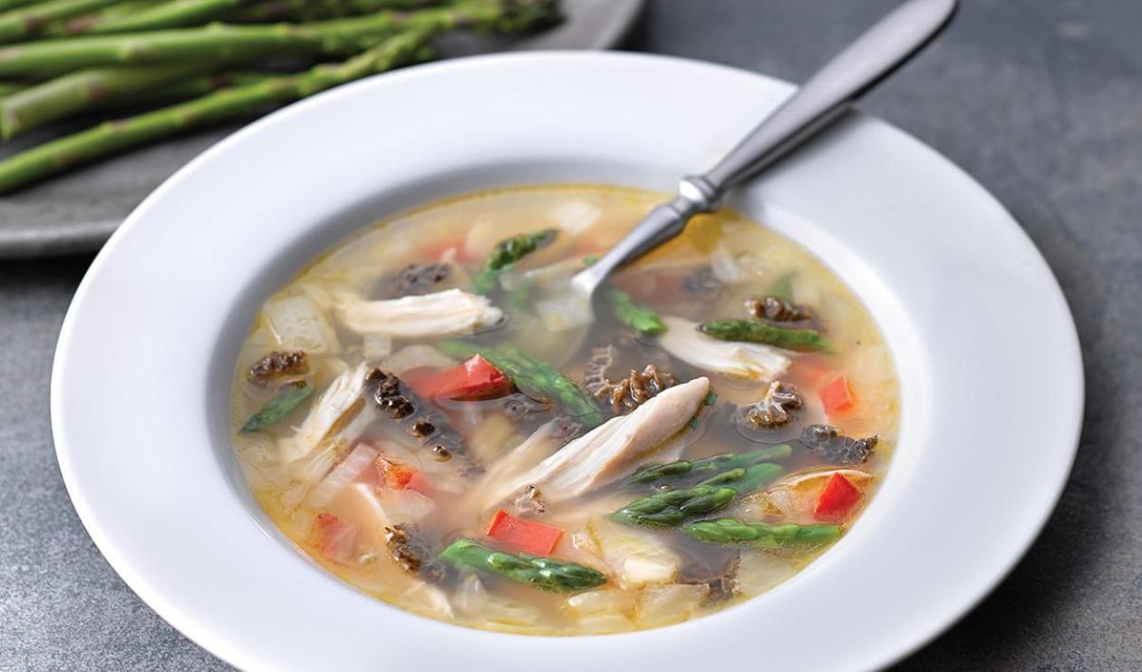 Soupe au poulet avec asperges et morilles – recette