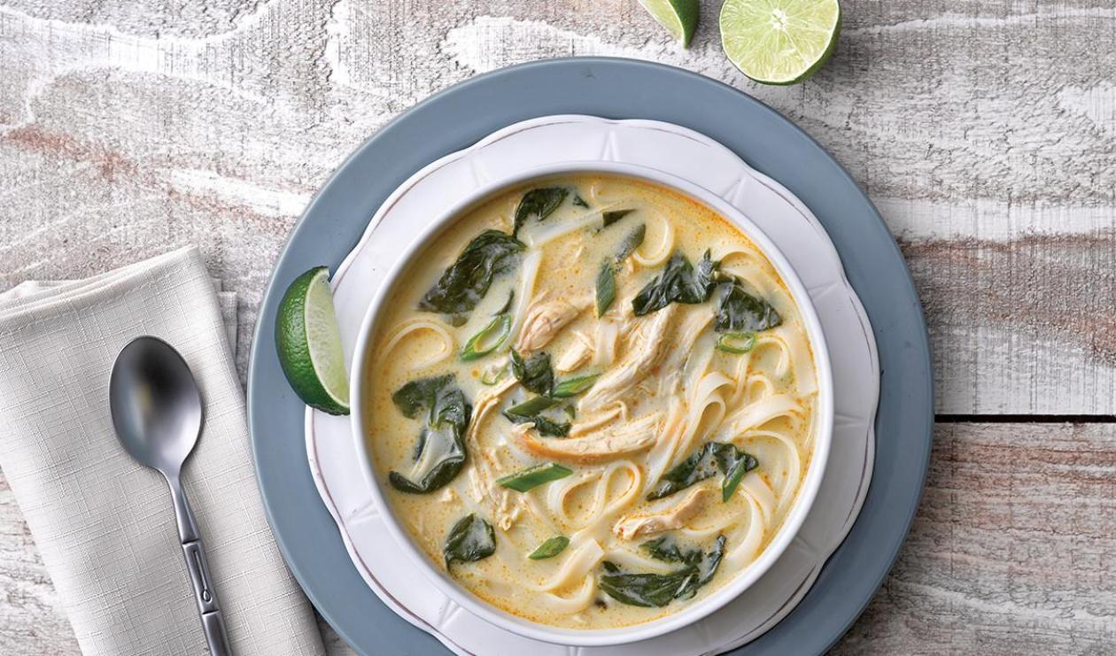 Soupe au poulet, coco et crevettes parfumée au cari – recette