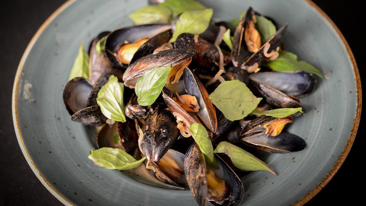Steamed Mussels in a Thai Broth – recette