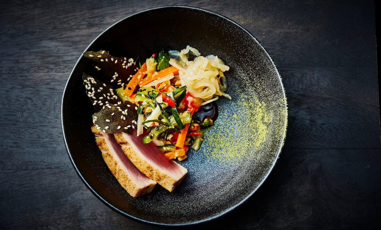 Thon Grillé au Miso Umami Avec Légumes Marinés et Noix Rôties – recette