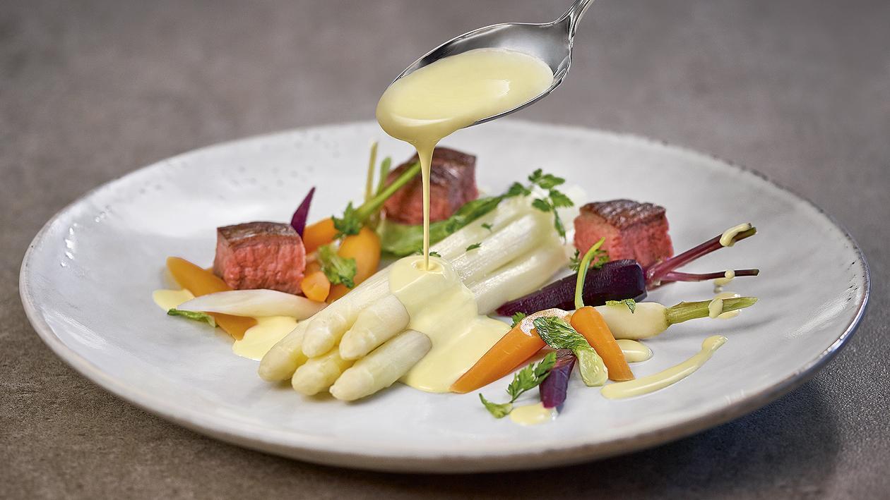 Asperges et bavette de boeuf, carottes et oignons primeurs