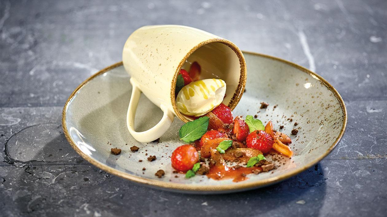 Compote de rhubarbe et fraises avec une glace à la crème brûlée