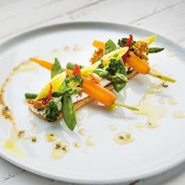 Fine tartelette mélange de poivres et petits légumes