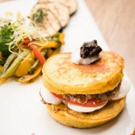 Hamburger de maïs au caviar d'aubergines et sa marmelade mexicaine