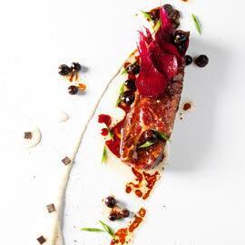 Le boeuf Charolais juste rôti, stracciatella de céleri & truffes, jus aux baies rouges par Frédéric Simonin*
