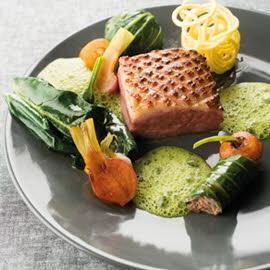 Magret et confit de canard, sauce menthe poivrée.