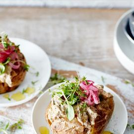 Pomme de terre au four, salade de thon