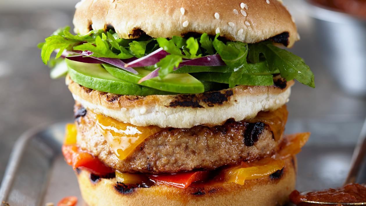 Burger de dinde à la Californienne avec sauce avocat et tomates séchées au soleil. – Recette
