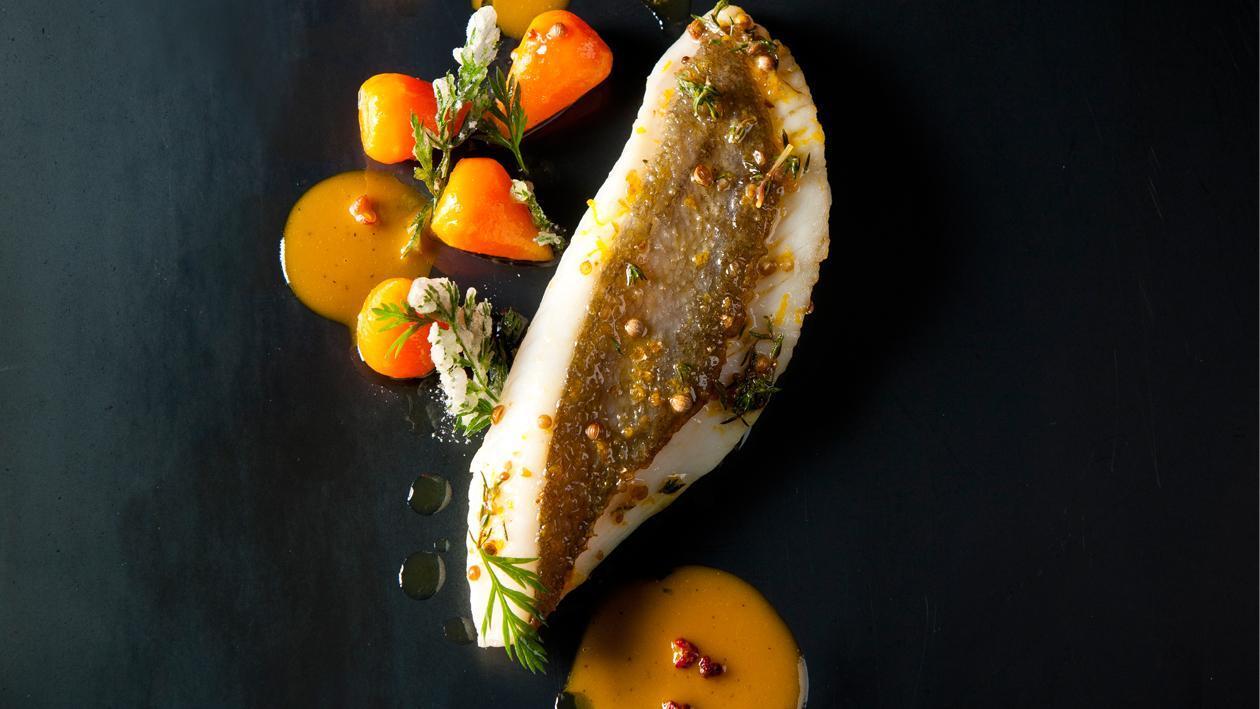 Le Saint-pierre aux saveurs de Sichuan, carottes primeurs aux agrumes et fanes en tempura et fleur d'ail par Frédéric SIMONIN – Recette