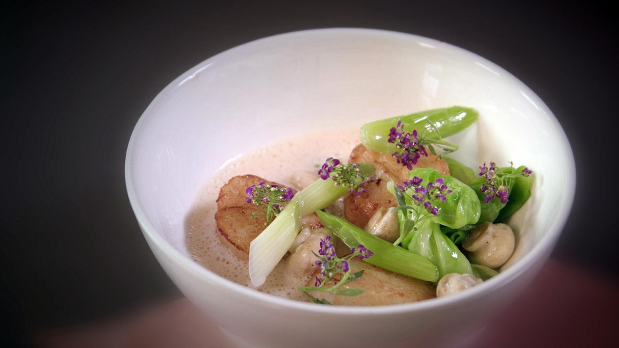 Noix de St-Jacques au chou pointu, cébette, champignon bouton et sauce coraline – Recette