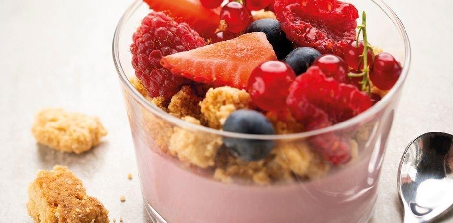 Pot de crème aux fruits rouges, crumble fève tonka – Recette