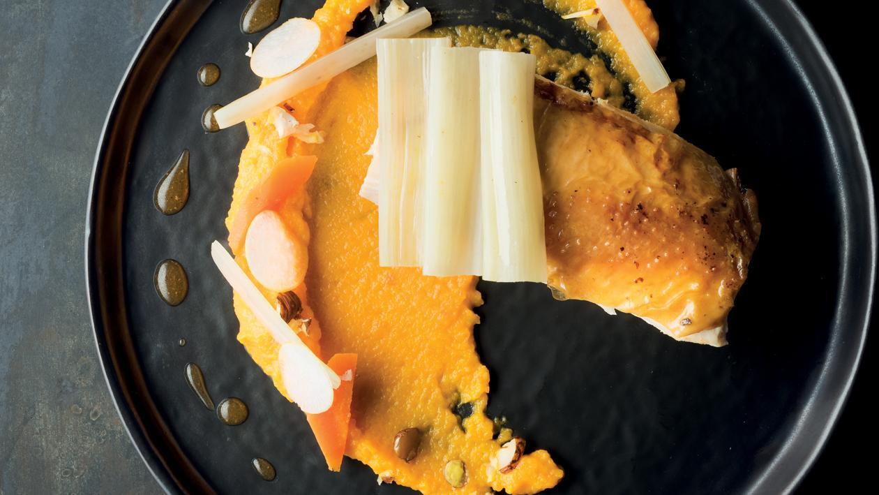 Volaille rôtie, côtes de blette, carottes et jus de volaille – Recette
