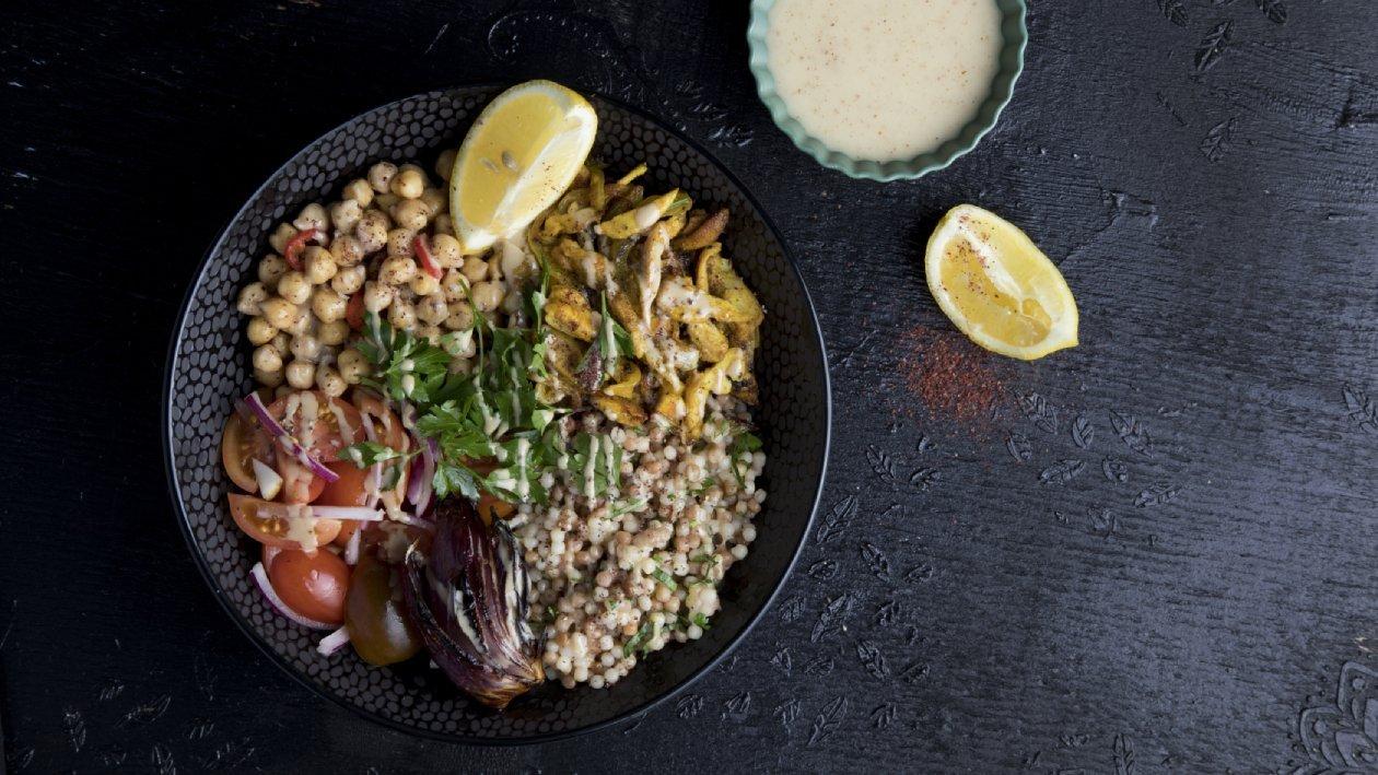 בול אותנטי עם שווארמה, פתיתים מחיטה מלאה, גרגירי חומוס ועגבניות שרי – מתכון