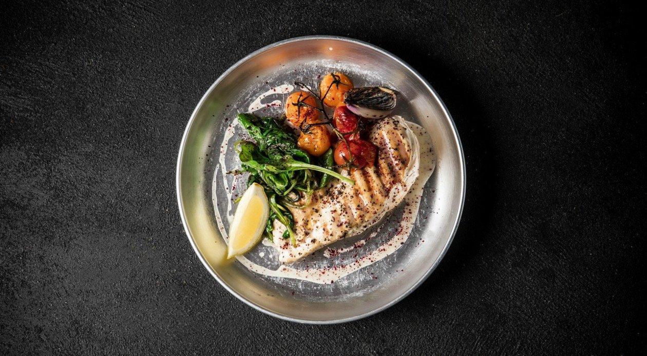 חזה עוף צלוי  עם תרד מוקפץ ועגבניות שרי צלויות בסגנון המטבח הישראלי – מתכון