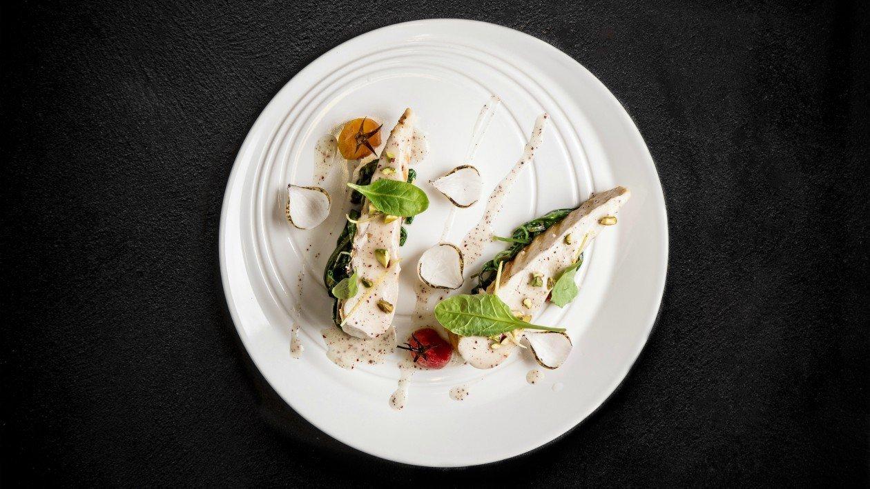 חזה עוף צלוי  עם תרד מוקפץ ועגבניות שרי צלויות בפרזנטציה קלאסית – מתכון