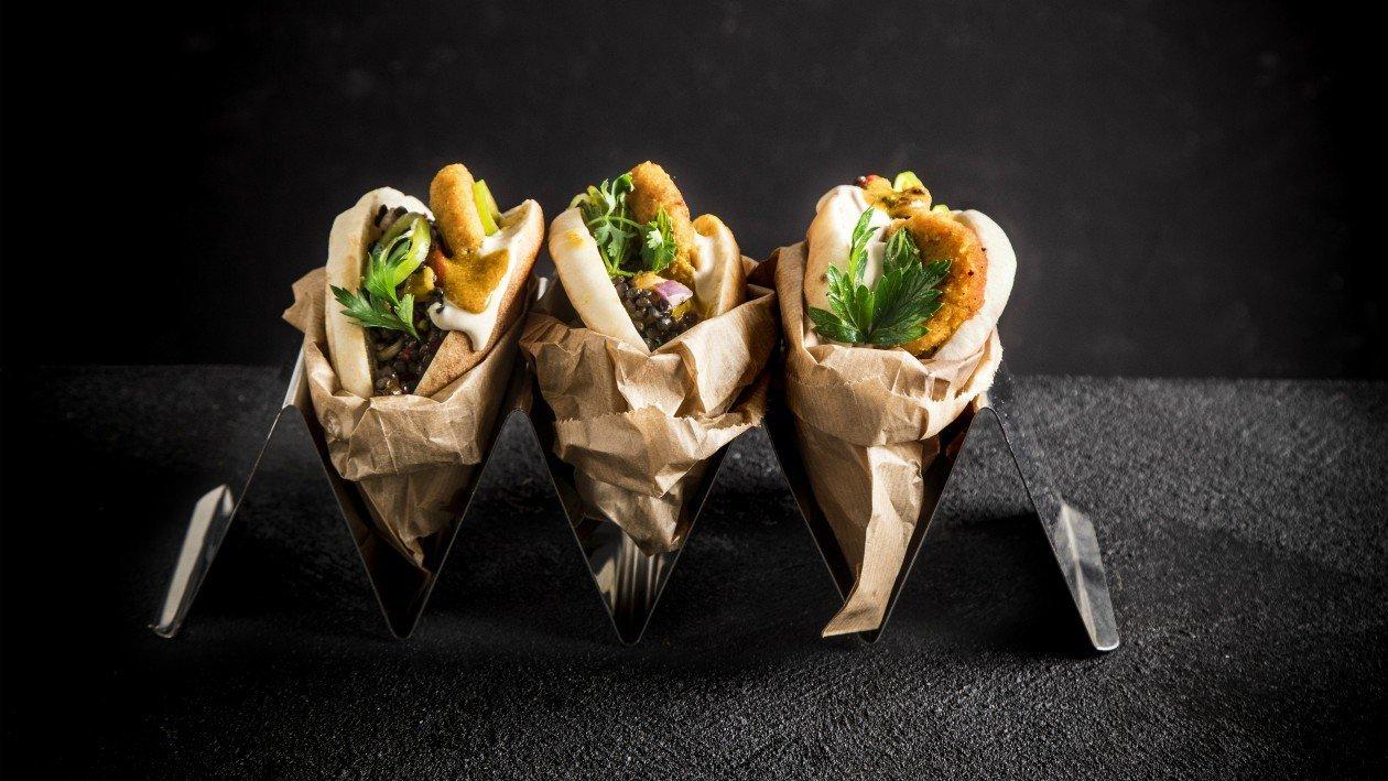 לביבות דלורית עם תבשיל עדשים שחורות בהשראת אוכל רחוב – מתכון