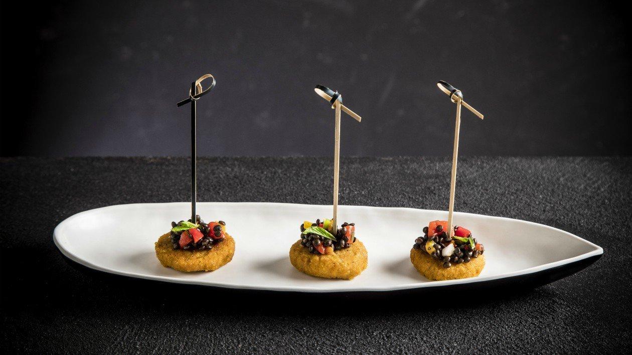 לביבות דלורית עם תבשיל עדשים שחורים לאירוע קבלת פנים – פוקי בול מתכון להכנת קערת פוקי, מזון רחוב של הוואי אצלכם בצלחת > מתכוני השראה לשפים