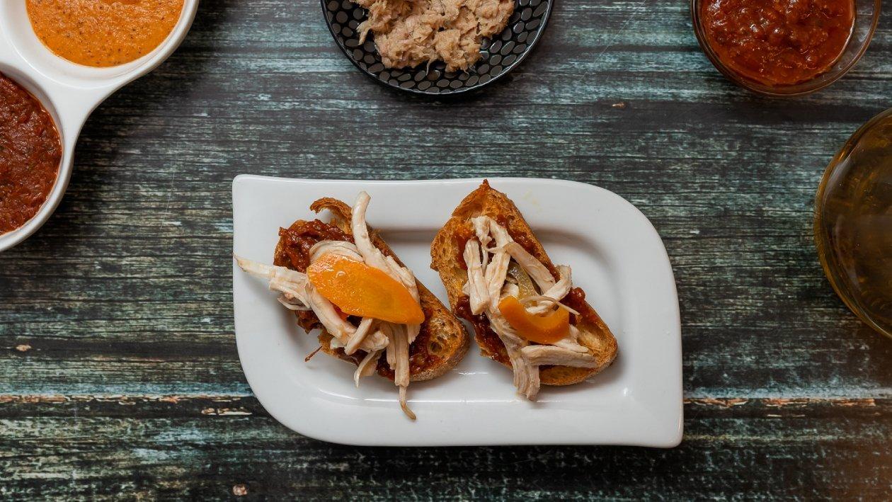לחם קלוי עם עוף מונטדיטו בתחמיץ עם ממרח עגבניות מיובשות – מתכון