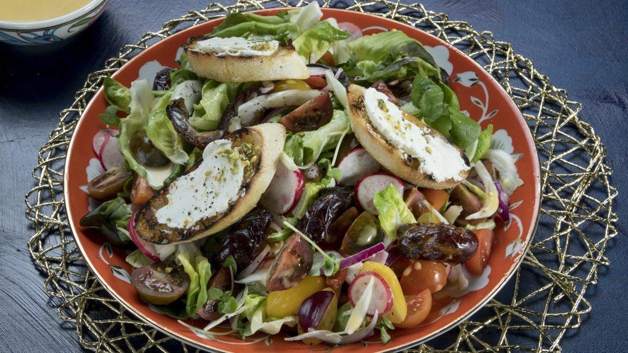 סלט ירקות עונתי עם גבינת עיזים, תמרים ואגוזים ברוטב חרדל ודבש – מתכון