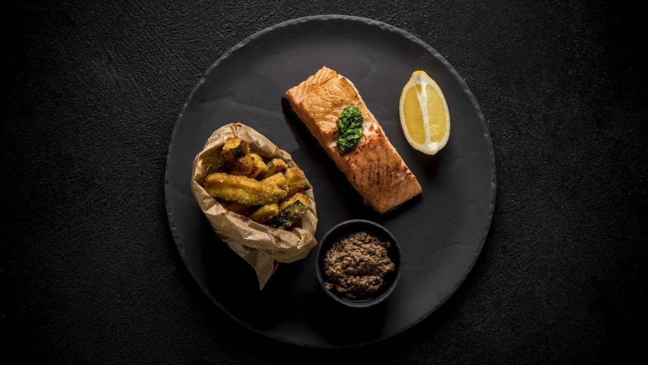 פילה סלמון צלוי עם קרמבל עשבי תיבול בהשראת אוכל רחוב – מתכון
