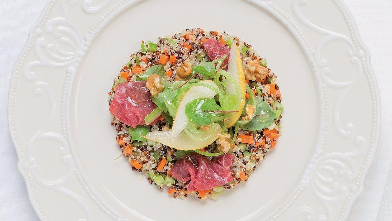 Kvinojina salata s kruškama, zelenjem, orasima i goveđeim carpacciom