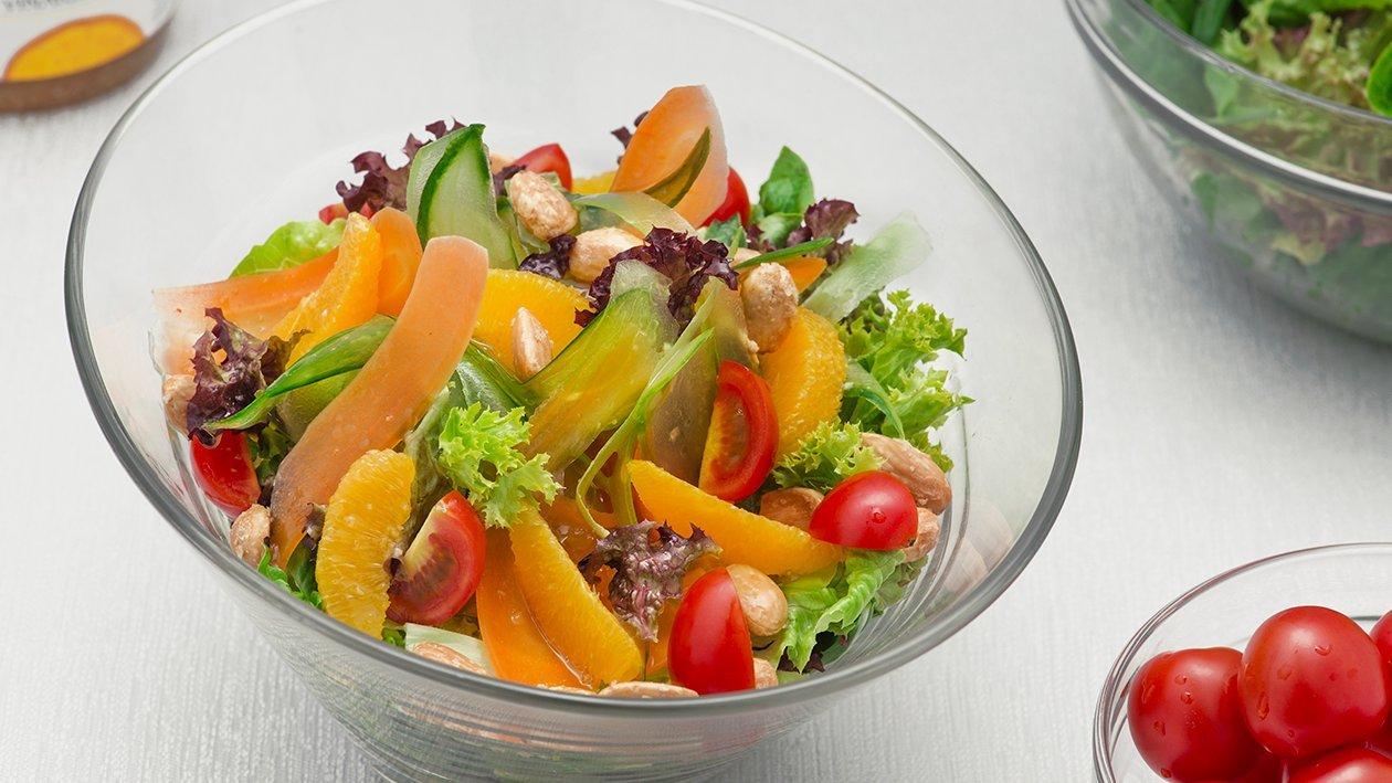 Miješana salata s krastavcima, mariniranom mrkvom, narančama i prženim bademima