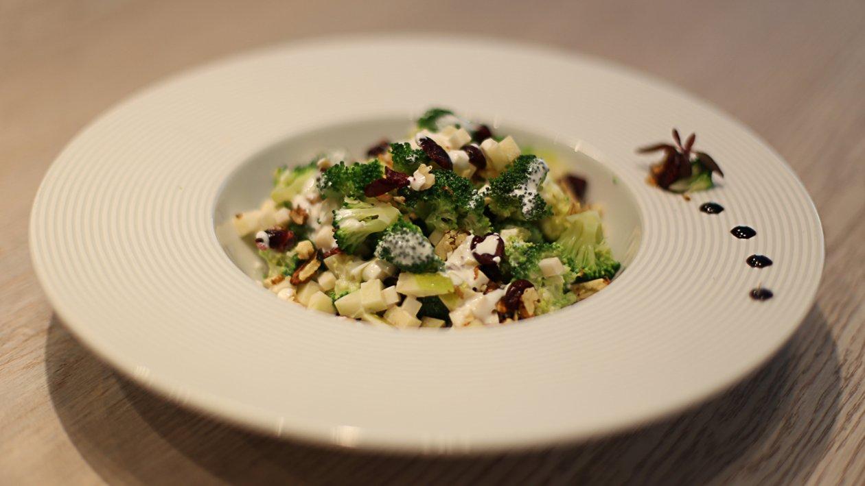 Salata od brokule s orasima i brusnicama