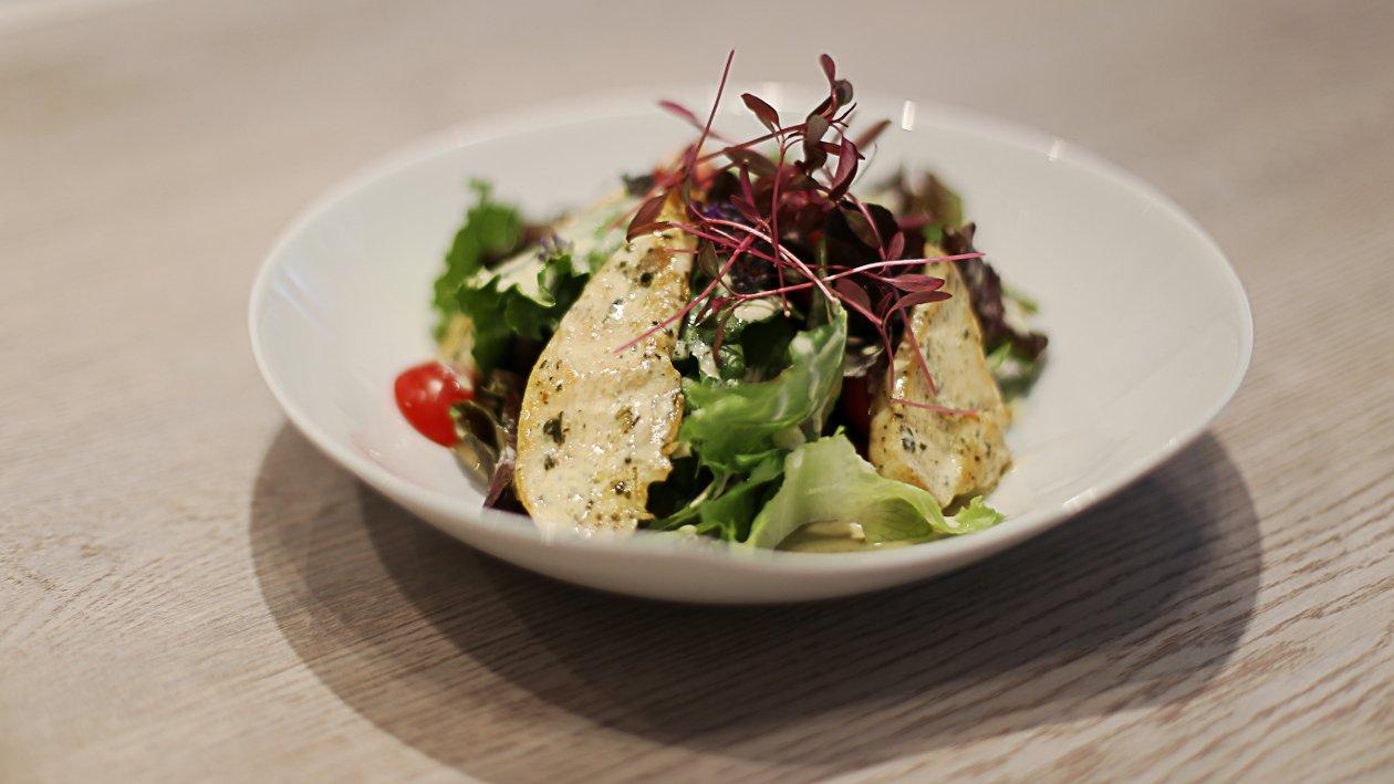 Salata s piletinom i Cezar dresingom