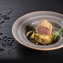 Mogyoró kéregben sült vörös curry-s mangalica szűz, zöldségekkel pirított tésztával és bébi cukkinivel