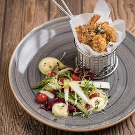 Pankómorzsában sült rákfarkak spárga salátával, hollandi habbal