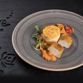 Sárga curry-vel illatosított lassan készült jércemell filé, korianderes sütőtök krémmel és céklás burgonyatortával