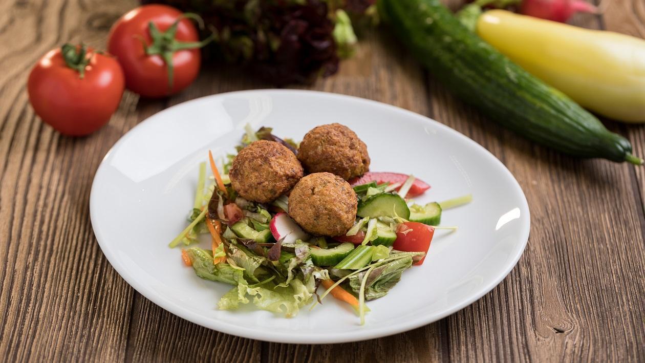 Bulguros húsgombóc vegyes salátával (7-10 éves korcsoport, sómentes alappal)