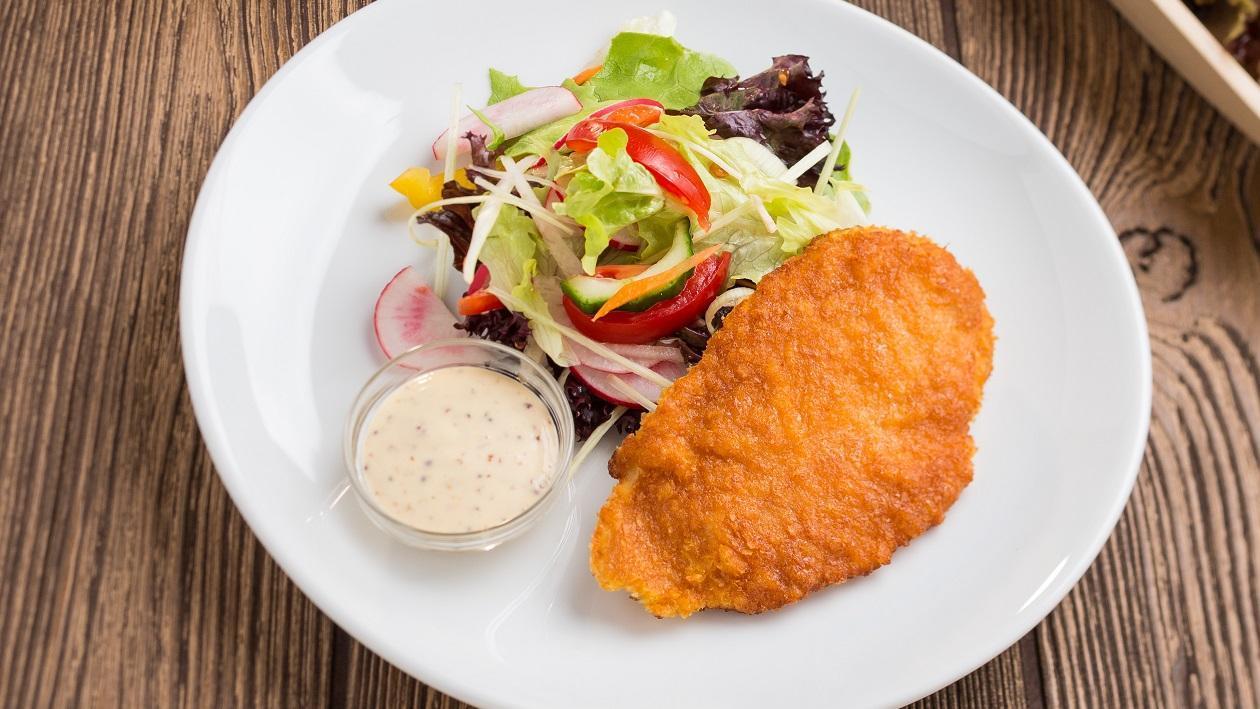 Csirkemell filé burgonyás bundában, vegyes salátával és mézes-mustáros öntettel