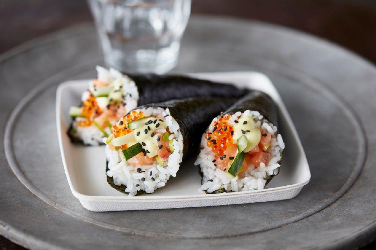 Füstölt lazacos temaki sushi