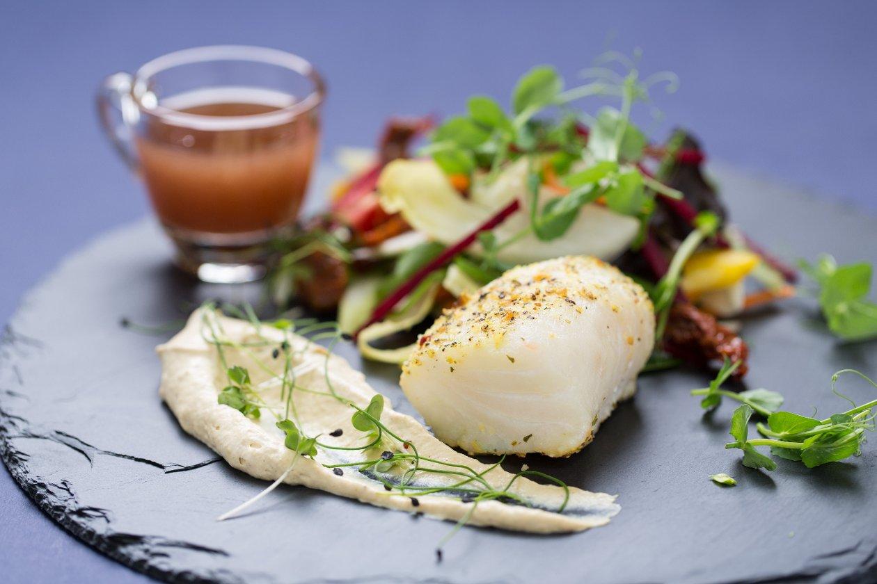 Füstölt posírozott tőkehal ropogós salátákkal, mustár habbal