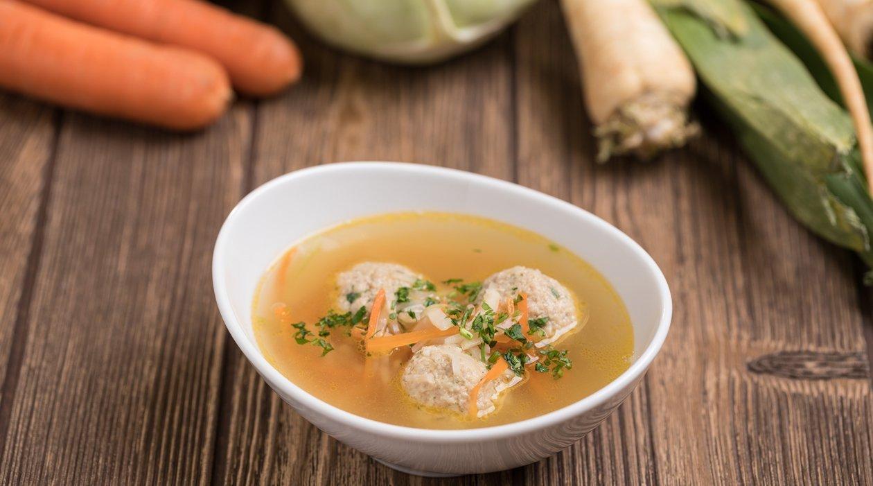 Kukoricadarás csirkehúsgombóc leves (7-10 éves korcsoport, allergénmentes alappal)