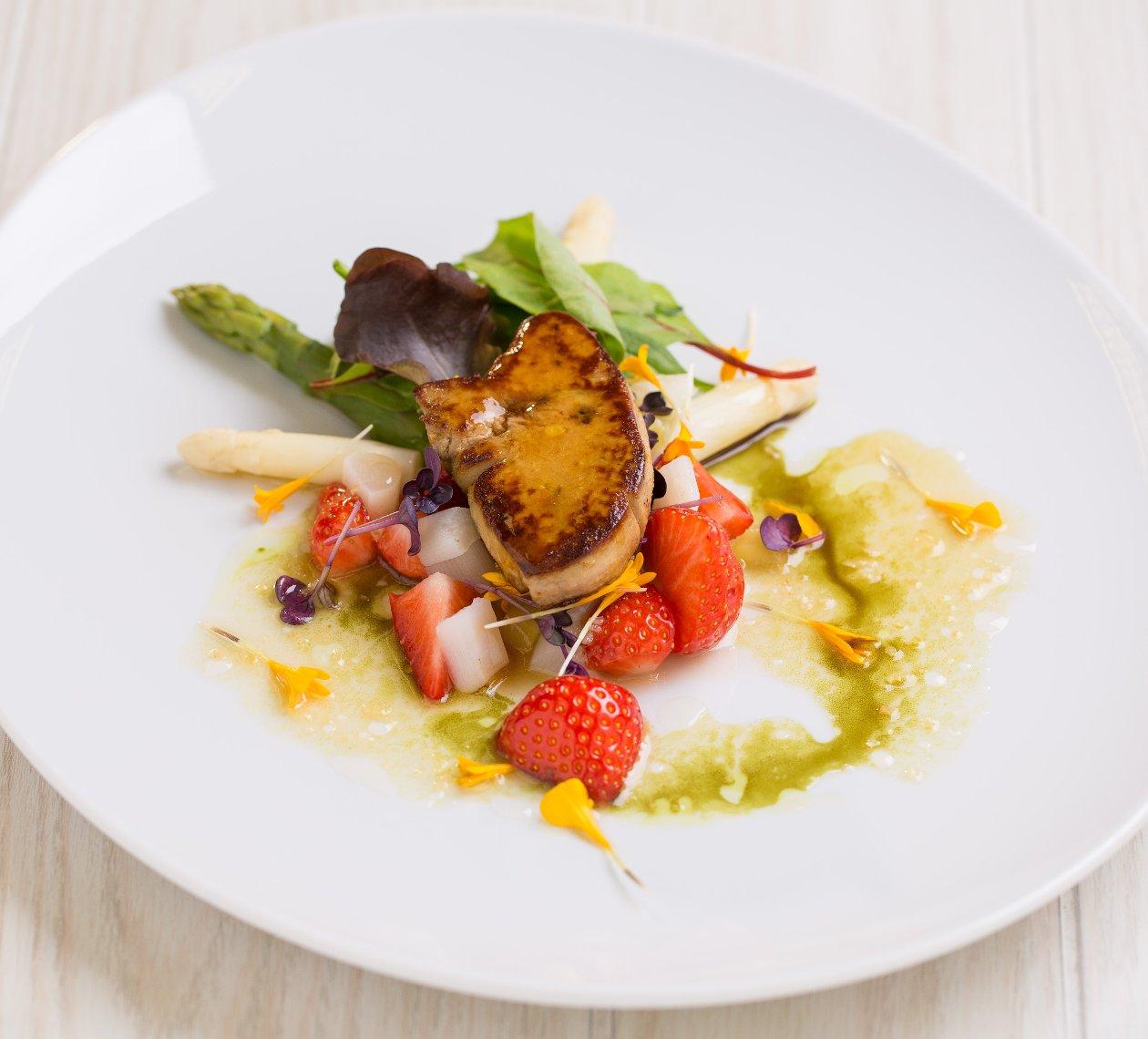 Roston sült libamáj, epres-spárga salátával.              (2)