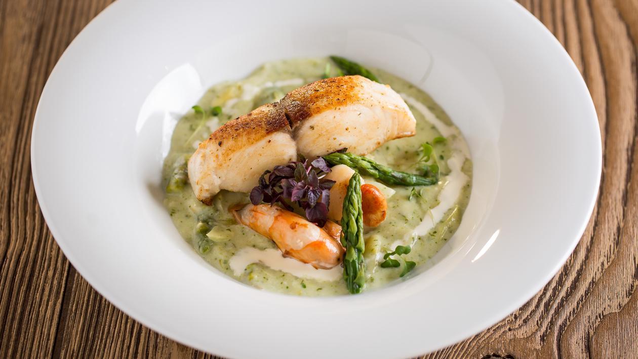 Roston sült vajhal, zöldspárga főzelékkel